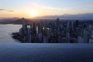 _OSC_Panaviera_Piscina com borda infinita_vista panorâmica da cidade
