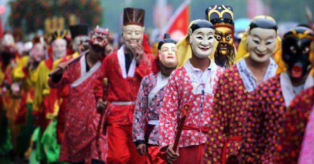 10nov2013-moradores-de-nanfeng-a-leste-da-provincia-chinesa-de-jiangxi-encenam-a-opera-nuo-uma-das-mais-populares-dentro-da-tradicao-folclorica-do-pais-durante-a-representacao-os-atores-us